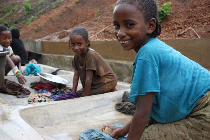 Les points de lavage installés au Cameroun par Solidarités International à proximité des sources d'eau