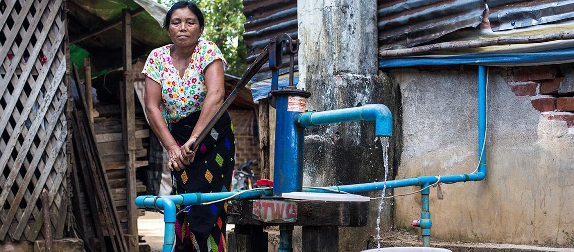 Femme Myanmar Pompe à eau